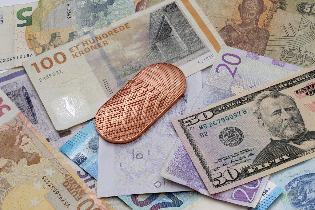 Physikalisches und digitales Bezahlen Bargeld
